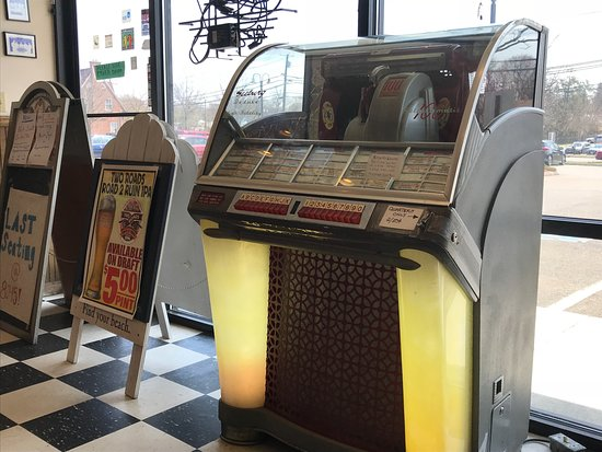North Haven, CT: Jukebox for great music.