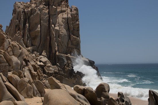 Grand Solmar Land's End Resort & Spa: Pounding wave action on the Big Rocks from E. end of resort.