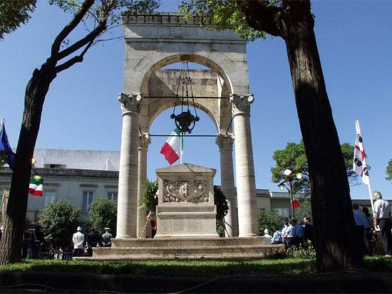 Oristano, Italy: Monumento ai caduti