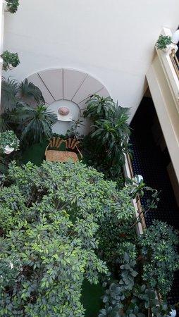 Silken Hotel Ciudad de Vitoria: Jardín interior que se ve desde los pasillos de acceso a las habitaciones.