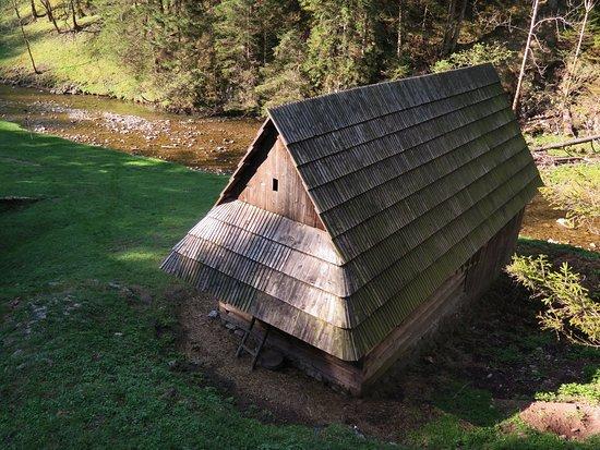 Huty, Słowacja: Kvačianská dolina, Oblazy, hospodárska budova, drevenica