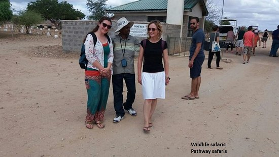 Malindi, Kenia: Tsavo Explorer with Pathway safaris and Swedish guest at Tsavo East Sala Gate,