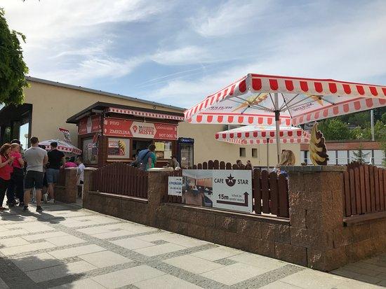 Luhacovice, Czech Republic: Druhý slunečník postaven.