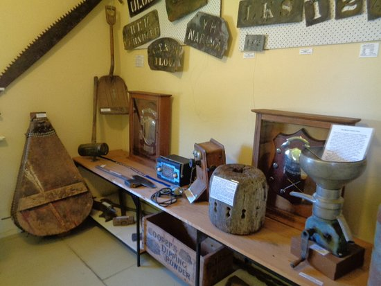 Cootamundra Heritage Centre: Many old things to see in each room