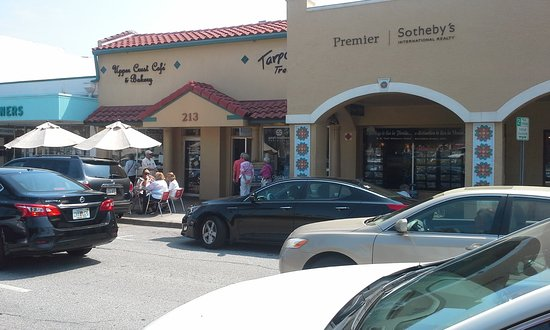 Upper Crust Cafe & Bakery: Busy outside, quiet inside!