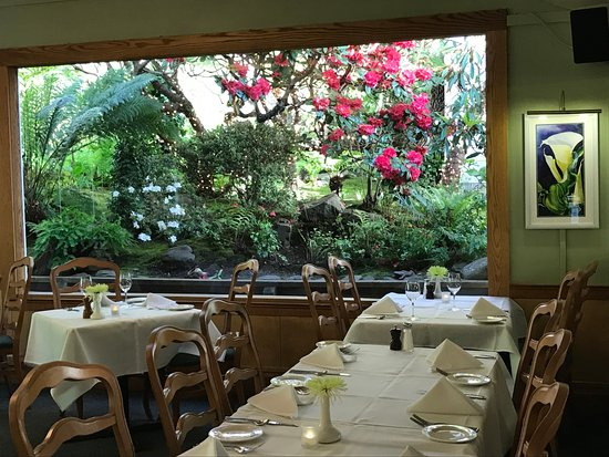 Little River, CA: Amazing dining room with Rhododendron