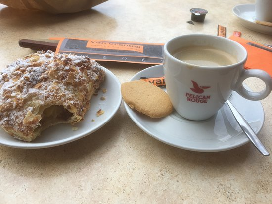 Zwolle, Nederland: Good coffee, lovely almond croissants