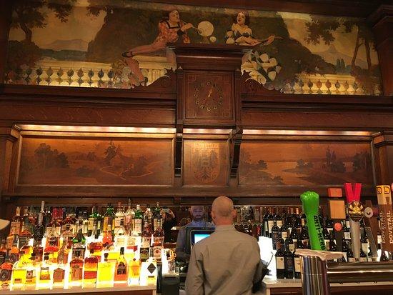 The Berghoff Restaurant: Lovely old bar