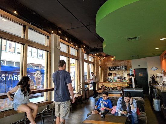 Sip Brew Bar & Eatery: Room to left