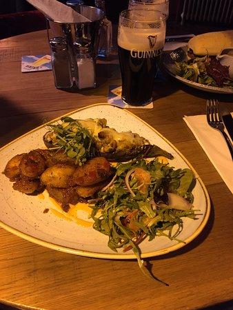 Überbackene Aubergine mit Salat und Kartoffeln