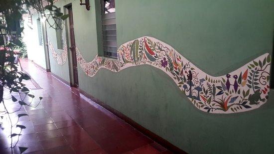 Hostal Entre Amigos: Corridor leading to the rooms