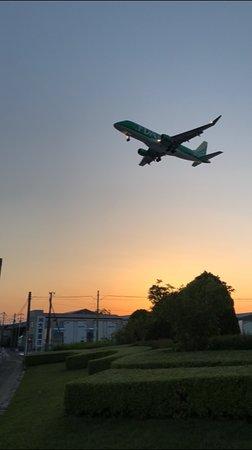Air Front Oasis Komaki: 夕陽をバックに着陸態勢