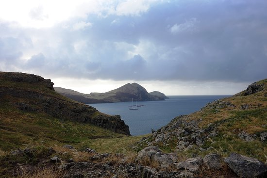 Ponta de São Lourenço: Vue sur la baie et l'arche marine au loin