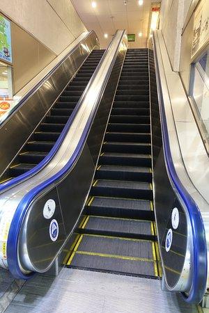 エスカレーターで2階に行きます ...