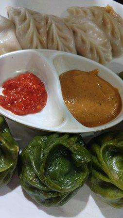 Thamel Momo Hut: garlic cheese momo VS spinach momos