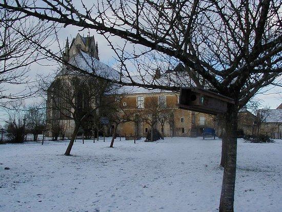 St-Cyr-la-Rosiere, France: Le verger du prieuré de Sainte-Gauburge sous la neige...
