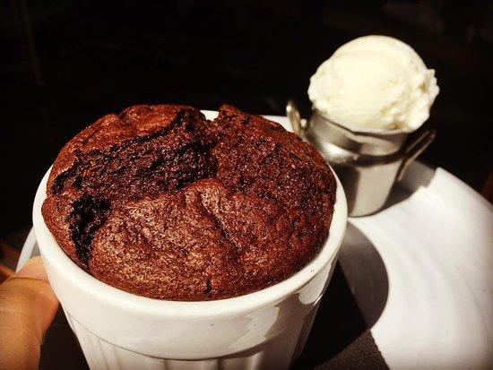 Deuz restaurant: Soufflé au Chocolat Noir, glace Faisselle