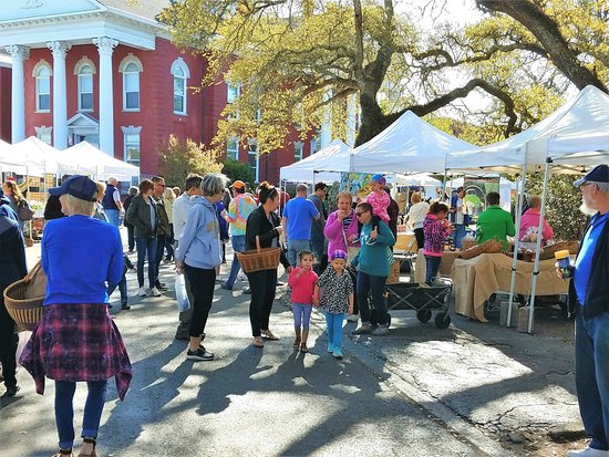 Beaufort, Carolina del Nord: The market is alive with activity and happy shoppers on Saturday mornings.