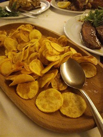 San Donato, อิตาลี: le patatine una tira l'altra