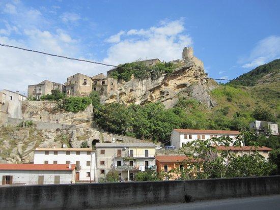 Il castello di Cleto visto dalla strada