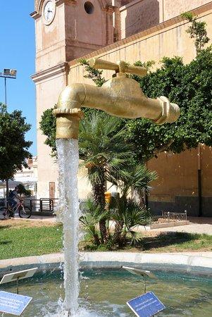 Lungomare Terrasini: Der schwebende Wasserhahn