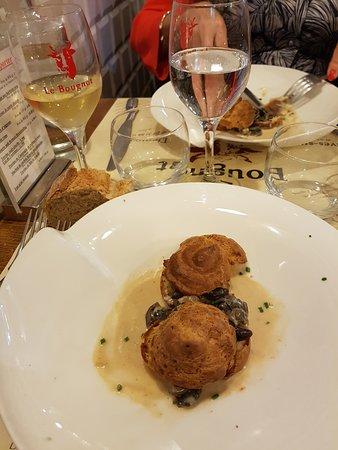 Le Bougnat: Profiteroles d'escargots sauce camembert