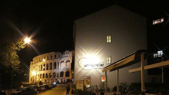 Amfiteatar Hotel: esterno di notte