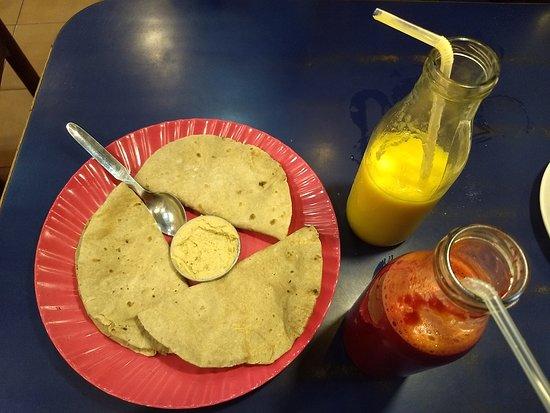 Brown Bread Bakery: Jugos de frutas y hummus con chapatis
