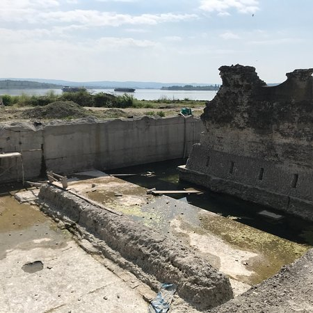 Trajan's Bridge: Traian's Bridge - it is very difficult to get to ruins and there is a lot of garbage. It's a sha