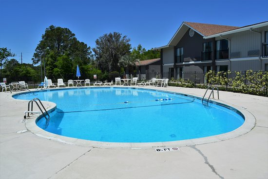 Howard Johnson by Wyndham Beaufort/Parris Island: seasonal outdoor pool