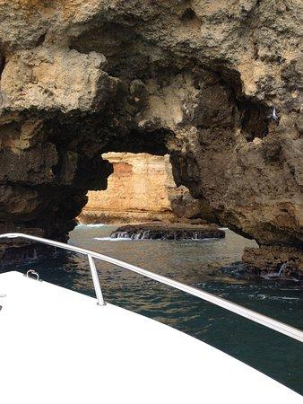 Boat Trip to Ponta da Piedade from Lagos: Juste assez large pour passer!
