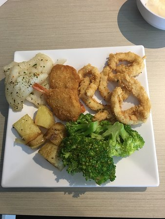 Raceview, Avustralya: fish, prawns, calamari with roast potatoes and broccoli.