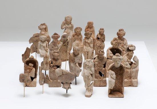 Museum fur Urgeschichte(n): Tonstatuetten von römischen Göttinnen aus Cham-Hagendorn.