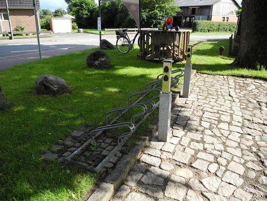 Aukrug, Germany: E-Bike-Ladestation und Fahrradständer