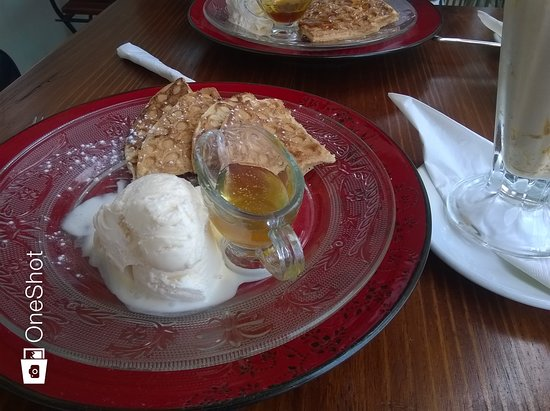 Malmesbury, South Africa: Waffles with vanilla full cream ice cream and honey