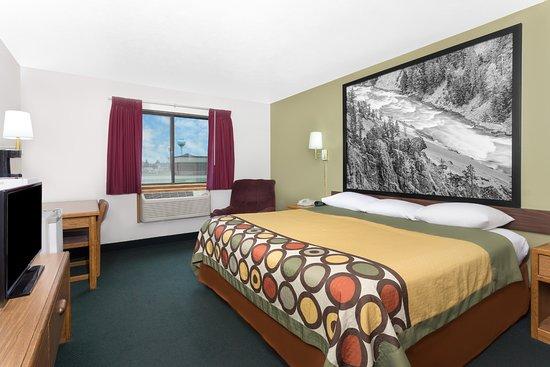 Super 8 by Wyndham Antigo: 1 King Bed Room Handicap