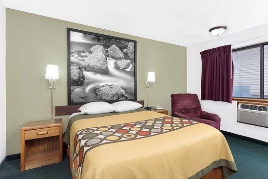 Super 8 by Wyndham Antigo: 1 Queen Bed Room