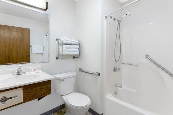 Super 8 by Wyndham Antigo: Handicap Shower
