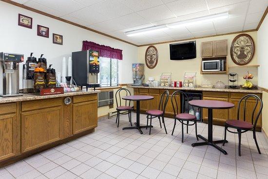 Super 8 by Wyndham Antigo: Breakfast Area