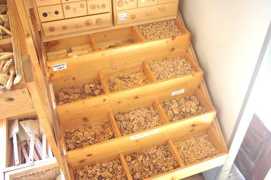 Le Frasnois, Francja: Articles en bois boutons