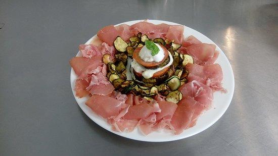 Cornedo Vicentino, Italia: parmigiana con crudo e cips di zucchine