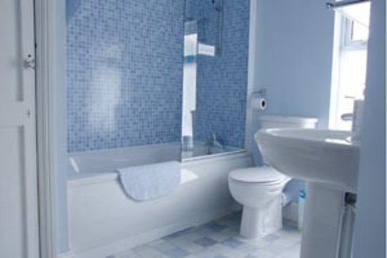 Oakfield B&B: Private bathroom for use with family room