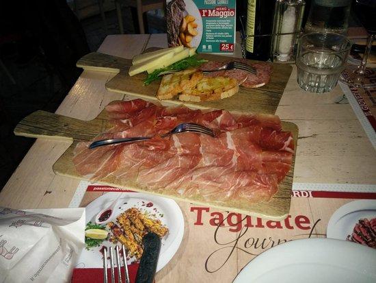 Passione Carnale: antipasto con prosciutto, pecorino e ciauscolo