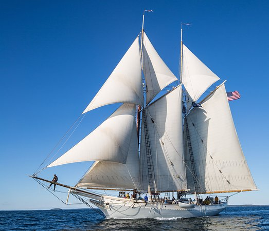 Camden, Мэн: The schooner Mary Day sailing in Penobscot Bay, September 2017