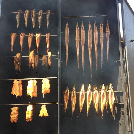 Dziwnow, โปแลนด์: Pyszne rybki, wędzone na miejscu. Palce lizać.