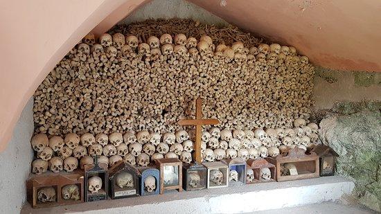 Zuglio, Italy: L'ossario della Pieve