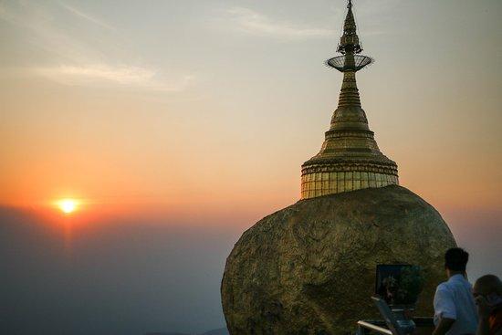 Kyaikto, Myanmar: Le rocher d'or au soleil couchant