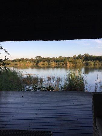 Matimba Bush Lodge: il lago abitato da ippopotami, coccodrilli ecc , visto dal pontile