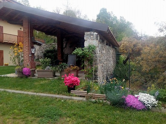 Invorio, Italy: Garden and outside sitting area