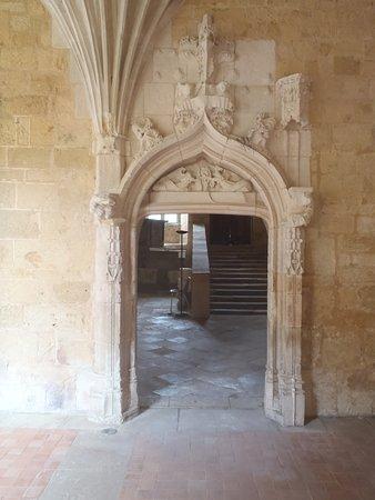 Saint-Amand-de-Coly, France: porte du cloître